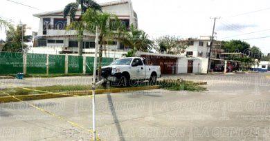 Camioneta se estrella contra postre de alumbrado público