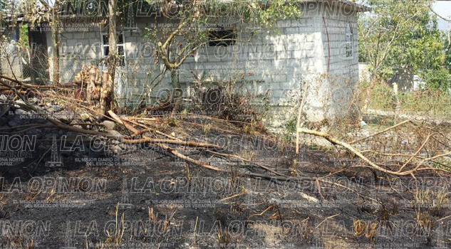 Incendio de pastizal casi quema vivienda