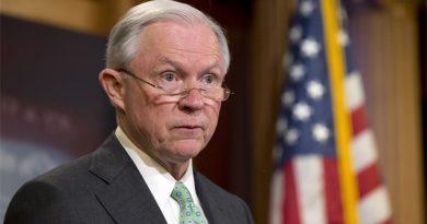 Jeff Sessions, acusado de ocultar contactos rusos
