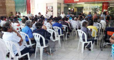 Jubilados llevan más de una hora en espera del pase de lista del IPE