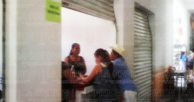 Personal del ayuntamiento de Coxquihui labora en locales del mercado