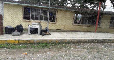 Personas desconocidas dejan basura en una primaria
