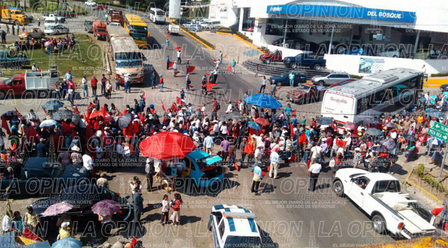 Protestan Antorchistas; bloquean la autopista México-Tuxpan