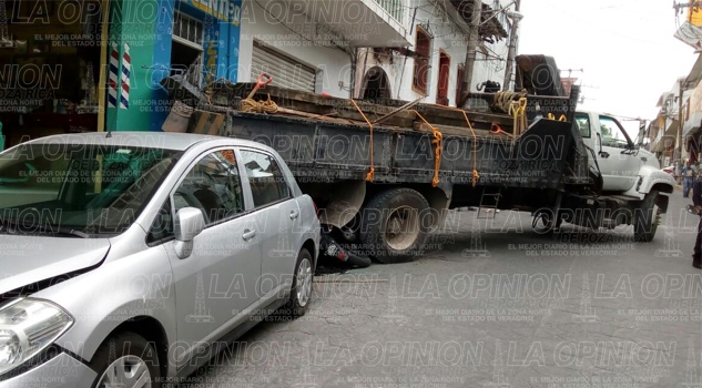 Se estrella camión contra una lavandería