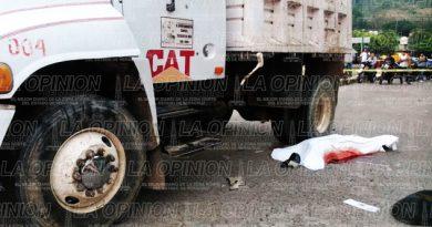 Se mata motociclista tras impactarse contra un camión