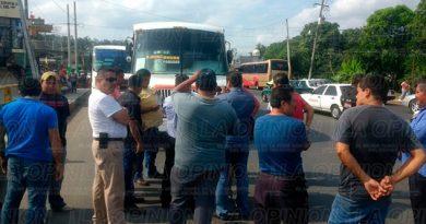 Taxistas Bloquean Acceso Cazones I