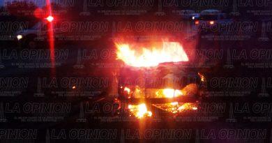 Arde camioneta