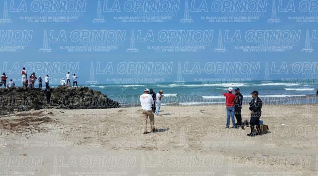 Buscan a joven que fue arrastrado por el mar