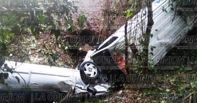 Cae automóvil y ambulancia a un barranco; hay 9 heridos
