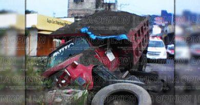 Camión materialista cae en hoyanco dejado por CAEV