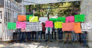 Los dejan sin sueldo; protestan trabajadores de Salud
