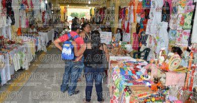 Ofrecen artesanías; todo a bajo precio