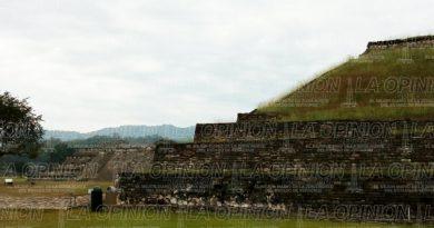 Pirámides de El Tajín llenas de maleza