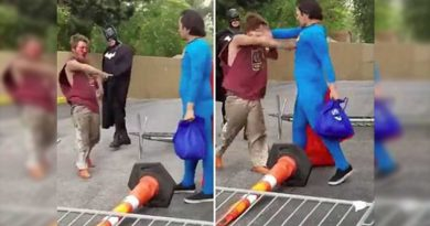 Superman se lanza contra indigente que atacó a Batman