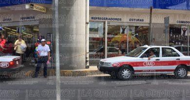 Taxistas causan caos en vialidades