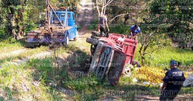 Vuelca camioneta cargada de naranjas presuntamente robadas