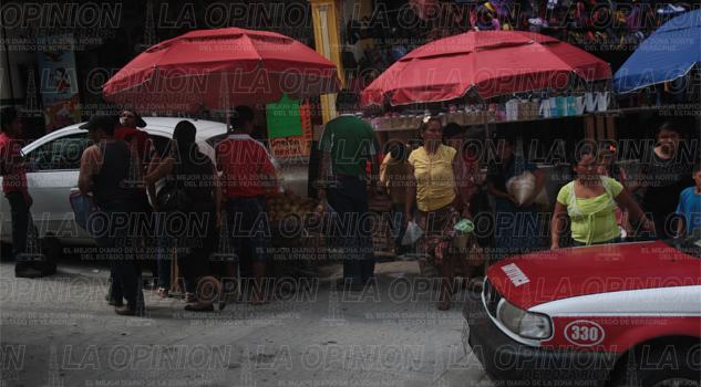 Ambulantes se adueñan de céntricas calles