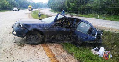 Auto destrozado en la autopista