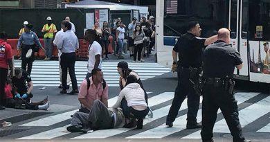 Automóvil arrolla a peatones en Nueva York; hay un muerto