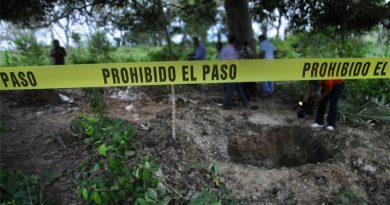 Buscan cuerpos en fosas