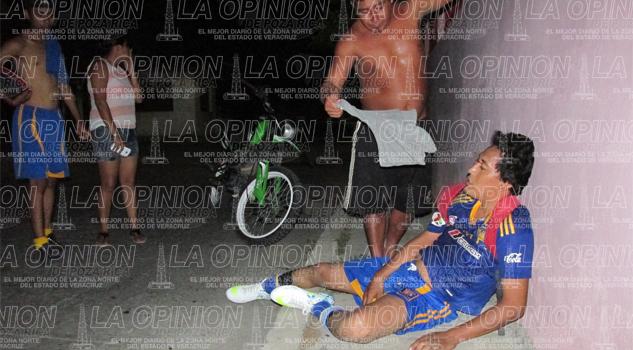 Derrape brutal de veloz motociclista