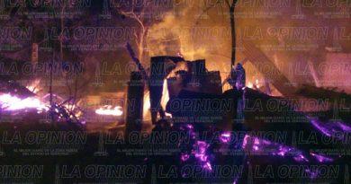 Fuego arrasa con 2 viviendas