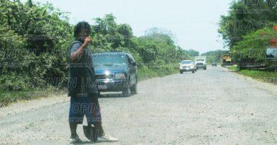 Mal estado de carretera da ingresos a los obreros
