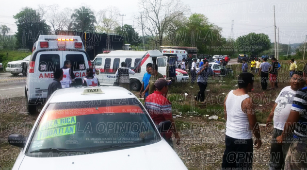 Taxi se impacta contra una camioneta; 3 heridos