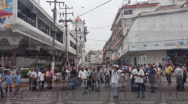 Taxistas bloquean las calles principales de Tuxpan