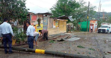 Tihuatlán Fuertes Vientos Daños Casas Poste