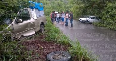 Tsuru se impacta contra camioneta que transportaba a más de 20 alumnos