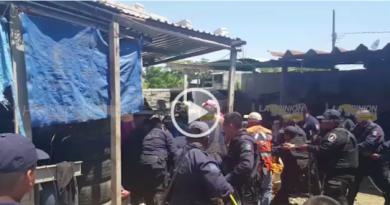VIDEO: Rescatan a dos que cayeron a un pozo