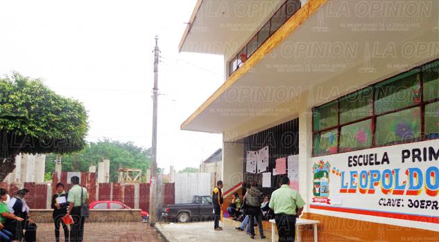 Alumnos en riesgo; techo se cae a pedazos