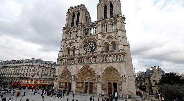 Atacan a policía con un martillo frente a la catedral de Notre Dame