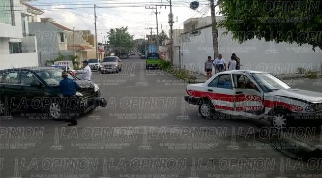 Camioneta se estrella contra un taxi