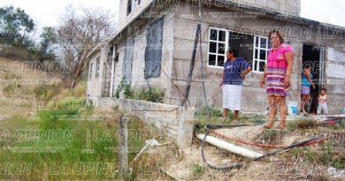 Causan daños a 2 viviendas con una obra