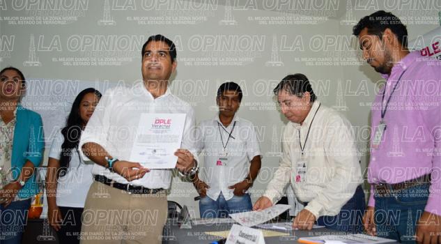Entregan constancia a Víctor Román Jiménez del Partido Nueva Alianza