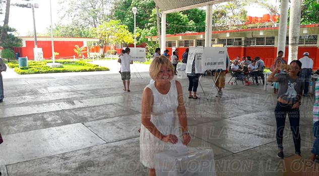 Tuxpan Gaby Arango Emite Voto