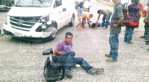 Motociclistas se estrellan contra camioneta