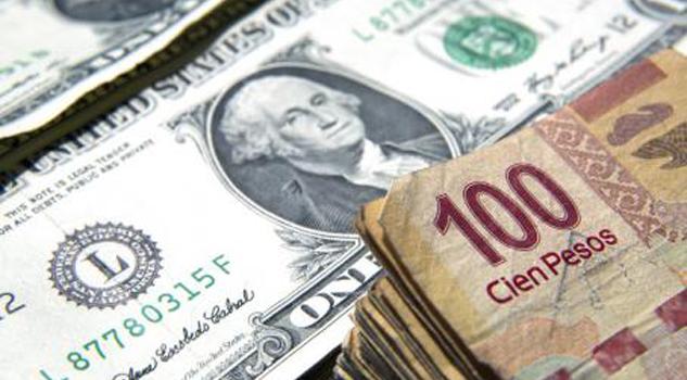 Peso gana 0.82 por ciento y el dólar cae a 17.97 pesos