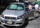 Pipa golpea puerta de un automóvil
