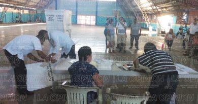Protestan ciudadanos por retraso en una casilla de Naranjos