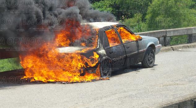 Se quema automóvil en el puente de La Ceiba