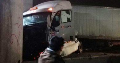 Tráiler se queda sin frenos, choca contra 9 autos; 5 lesionados1