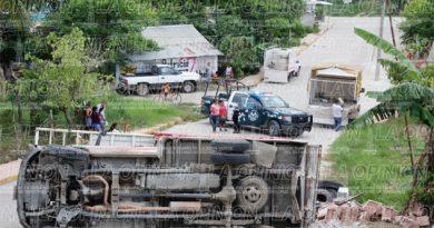 Vuelca camioneta repleta de azulejos