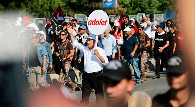 Decenas de miles de manifestantes cierran en Estambul la marcha por la Justicia contra Erdogan