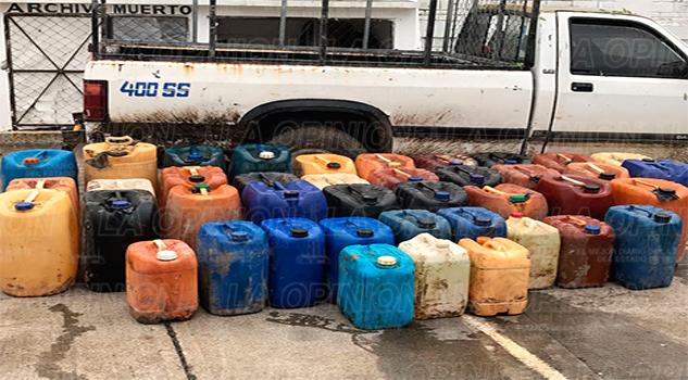 Detienen camioneta con 41 garrafas con combustible presuntamente robado