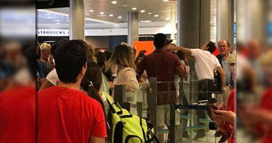 Empleado de un aeropuerto golpea a un pasajero con un bebé en brazos