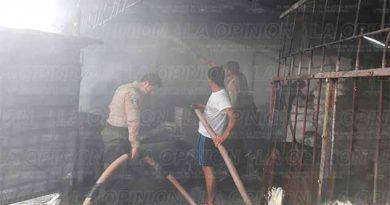Explota cilindro de gas en una bodega de material para construcción de Plan de Ayala