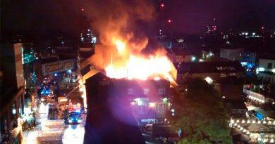 Incendio consume edificio en el turístico mercado Camden Lock en Londres
